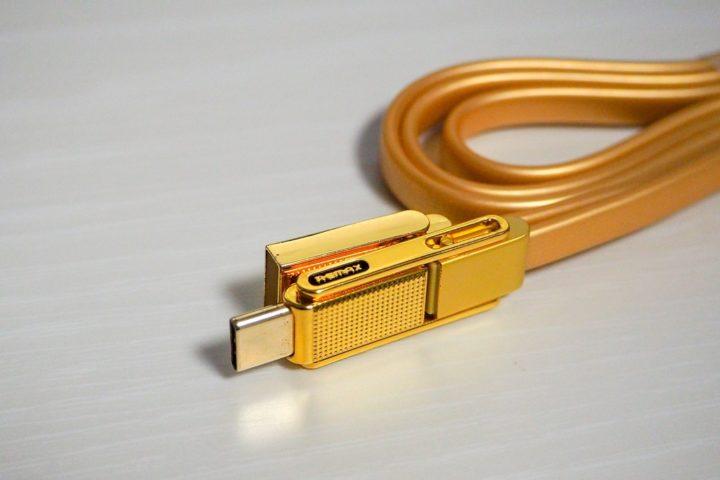 黄金色に輝くコネクタ