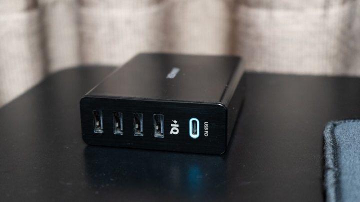 デスクの上には「PowerPort+5 USB-C Power Delivery」を置いている