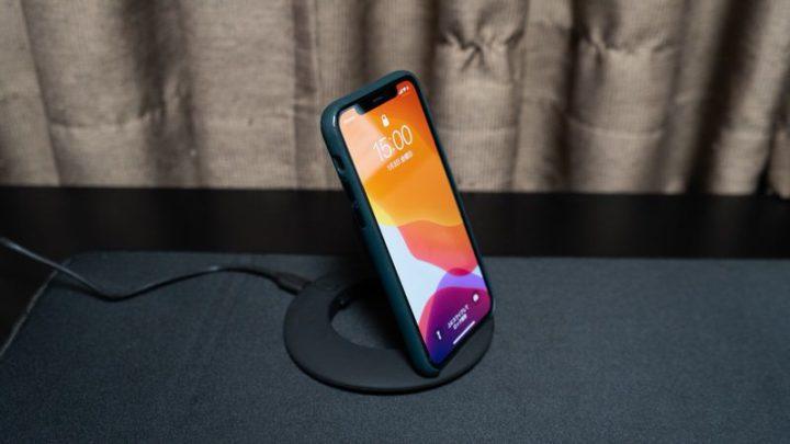 ケーブルの抜き差しは不要!iPhoneを置くだけで充電
