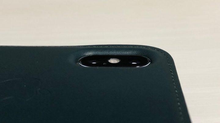 ほとんどの保護ケースにはカメラ周りに高さが設けられている