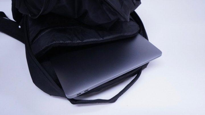 バックパックに気軽に放り込める手軽さはMacBook Airならでは