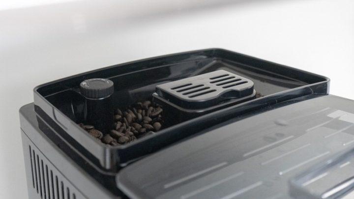 豆ホッパーと挽き具合を調整できるグラインダーノブ