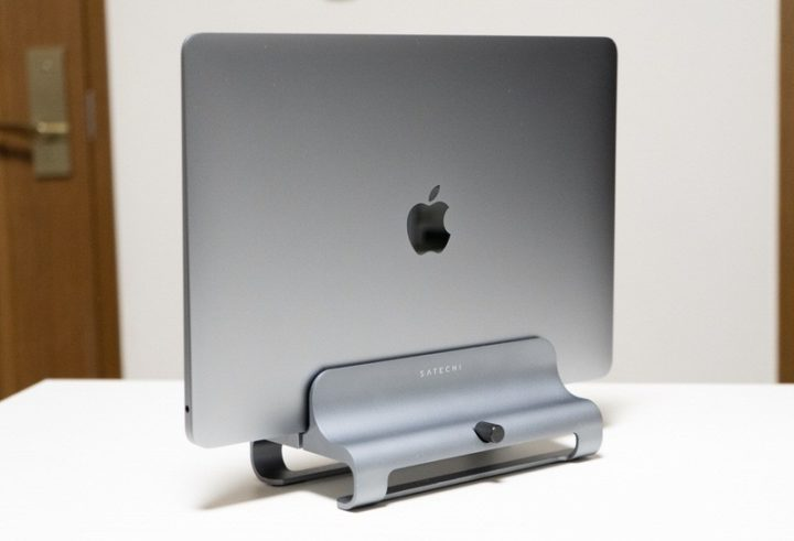SatechiのMacBook縦置きスタンド