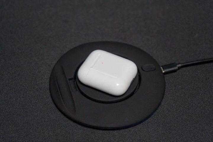 AirPods 充電はQiワイヤレス充電器に載せるだけ