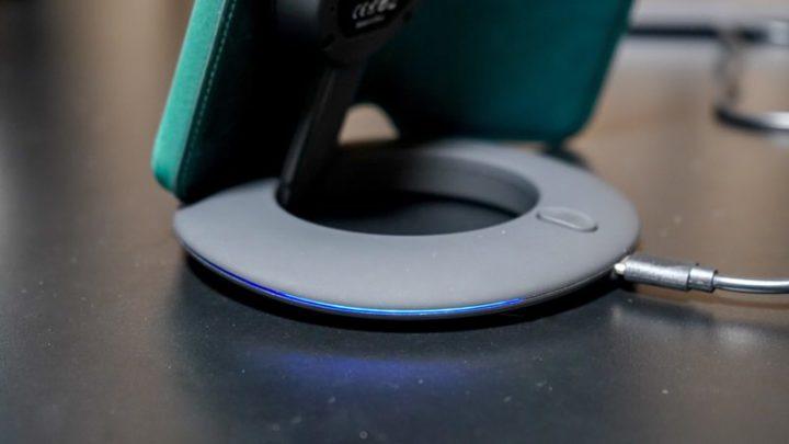 Artfitのワイヤレス充電器の青いライト