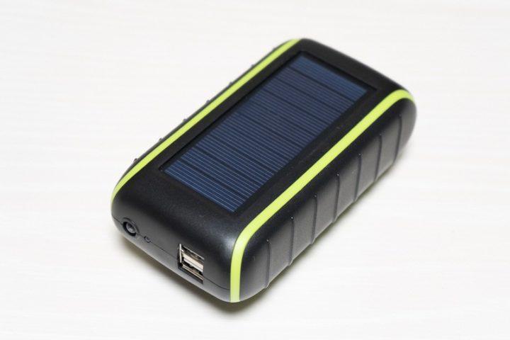 太陽光の下で約10時間でフル充電できるソーラーパネル