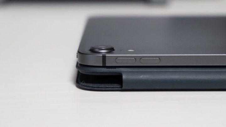 iPadの出っ張ったカメラレンズ。傷が付きそうで心配になる