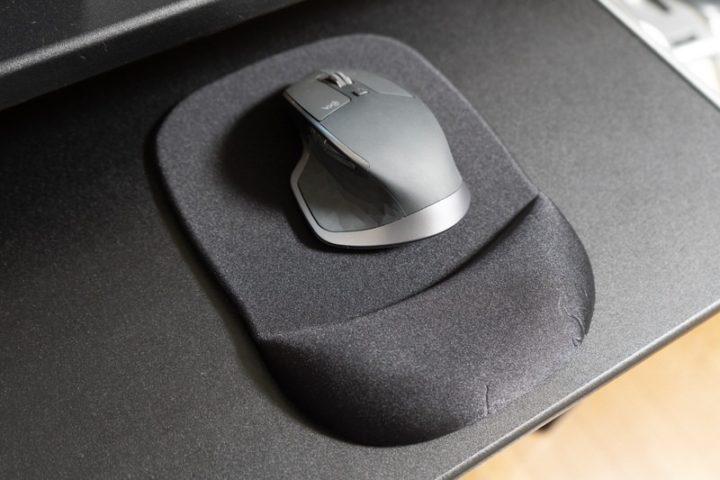 マウス操作に疲れを感じている人は「リストレス付きマウスパッド」も