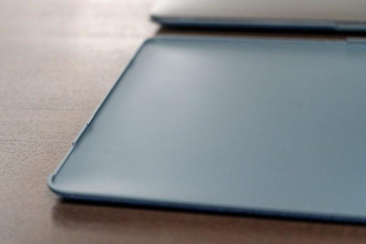 小さい爪をMacBookに引っかけてシェルカバーを装着