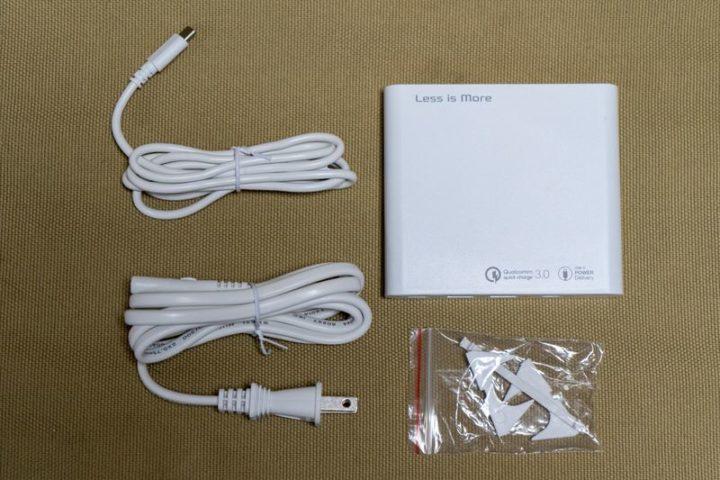 本体・電源ケーブル・USB-Cケーブル・縦置きスタンドがパッケージ
