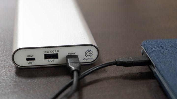 100WのUSB-CポートとMacBook Proを接続