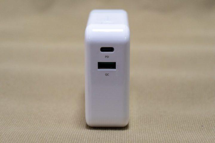 USB PD対応のUSB-Cポート、QC 3.0対応のUSB-Aポートを備える