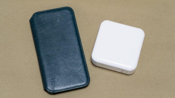 iPhone XSと並べて モバイルバッテリーと充電器がコンパクトにまとめられている