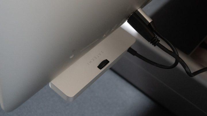 iMac専用のクランプ型USB-Cハブ ノブを回してiMacに固定!