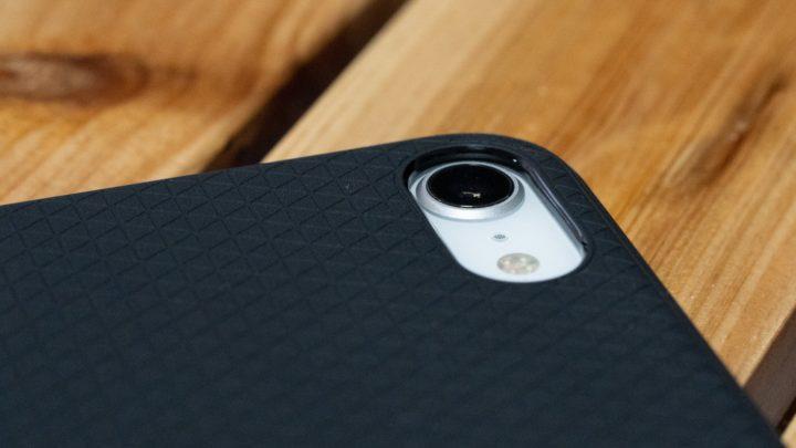 iPhone SE 保護ケースを装着することで、出っ張ったカメラの傷を防げる