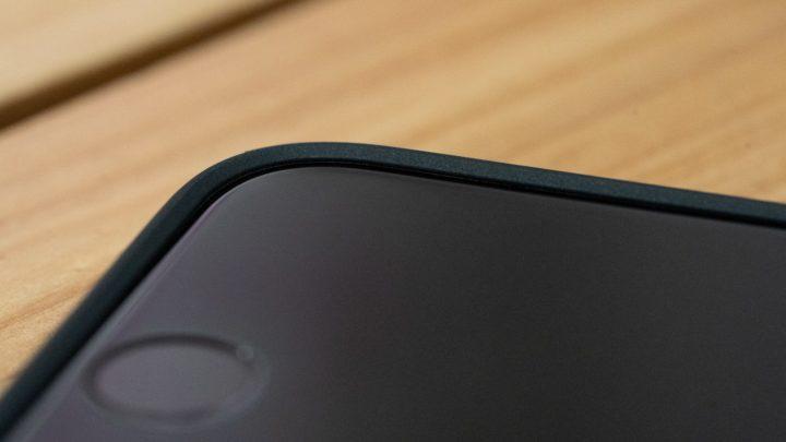 iPhone SE 保護ケースの縁がディスプレイの接触も防いでくれる