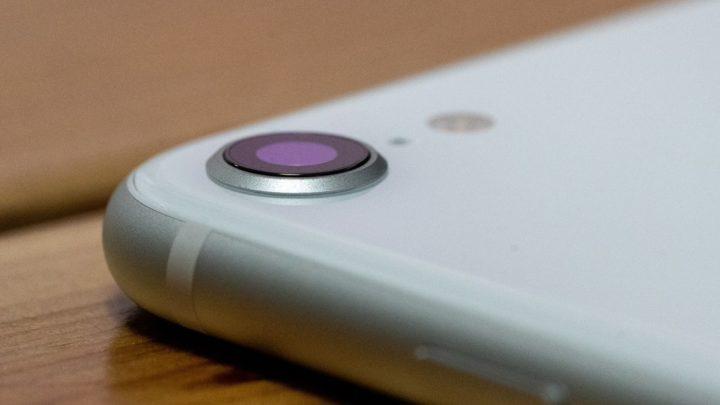 iPhone SEの出っ張ったカメラ