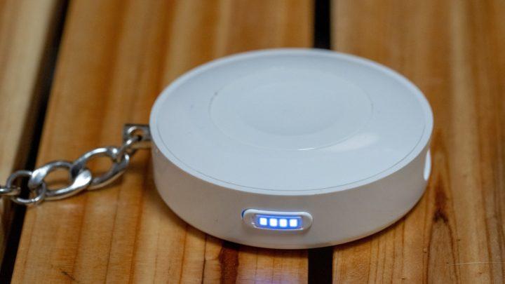 CHOETECH Apple Watchモバイルバッテリー バッテリー容量は900mAh。残量はLEDランプが知らせてくれる