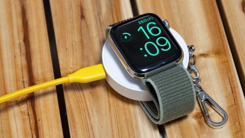 モバイルバッテリーを充電しながらApple Watchを充電することも可能