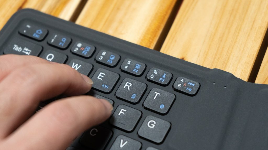 iClever 折りたたみ式キーボード BK03と同じく、BK06も数字キーが小さく押しにくい