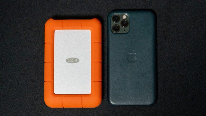 LaCieの外付けHDDとiPhone 11 Proとの大きさ比較