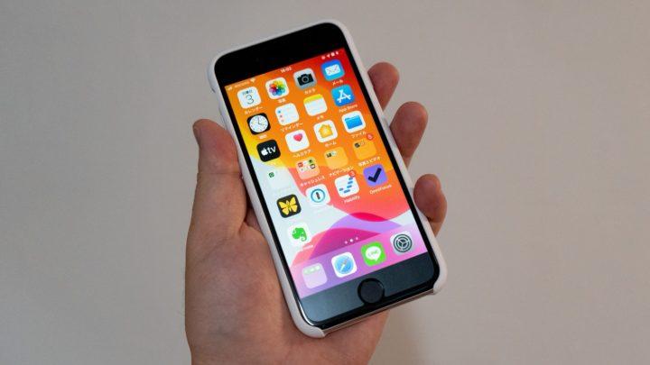 iPhone SEは軽く、収まりのいいサイズ!