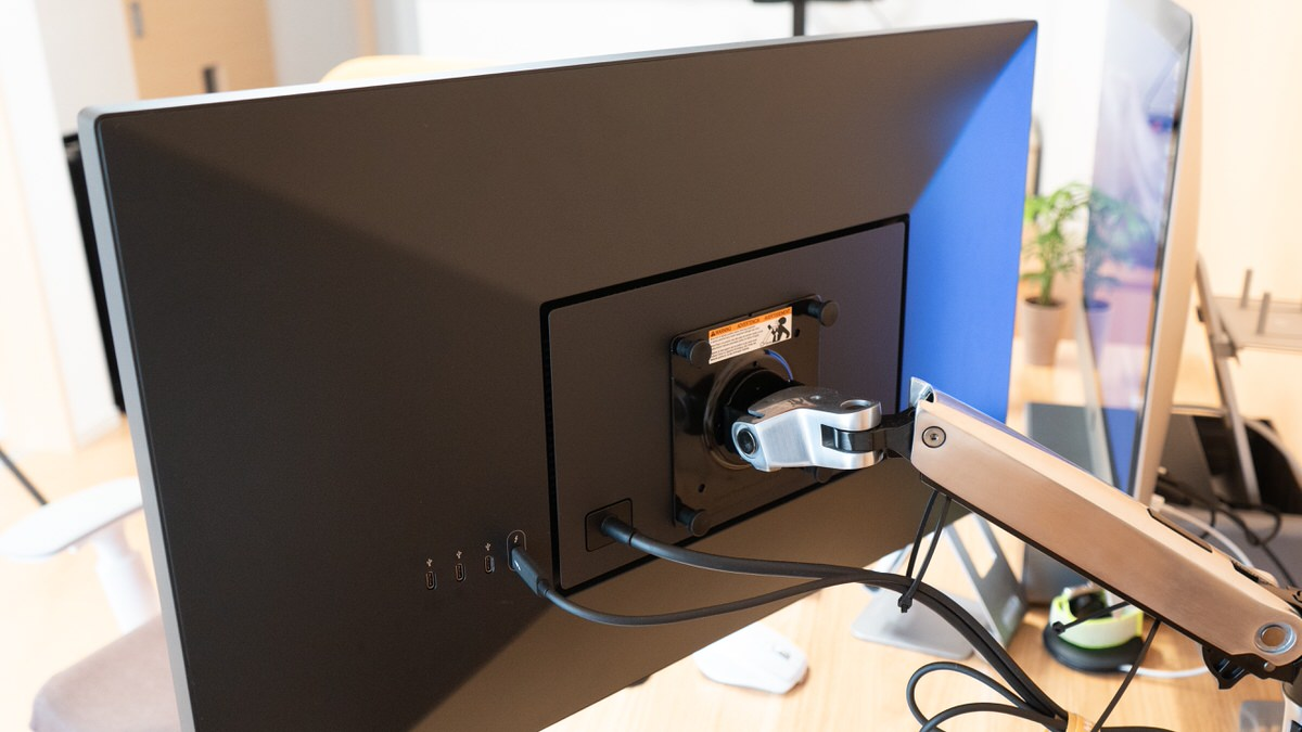 UltraFine 5K DisplayはVESAマウント(100×100)に対応