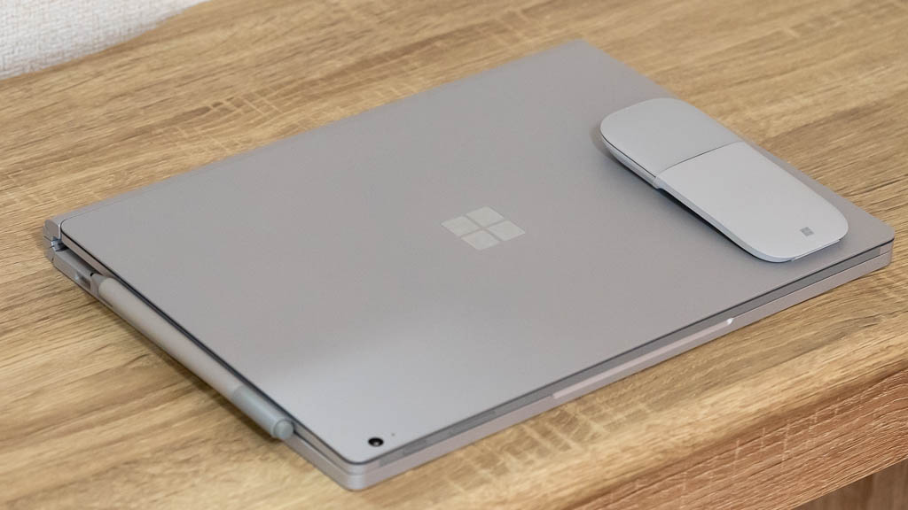 Arc MouseとSurface Book 3のサイズ比較