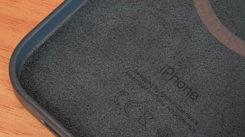MagSafe対応iPhone 12 Pro Maxレザーケース 裏側のマイクロファイバー素材