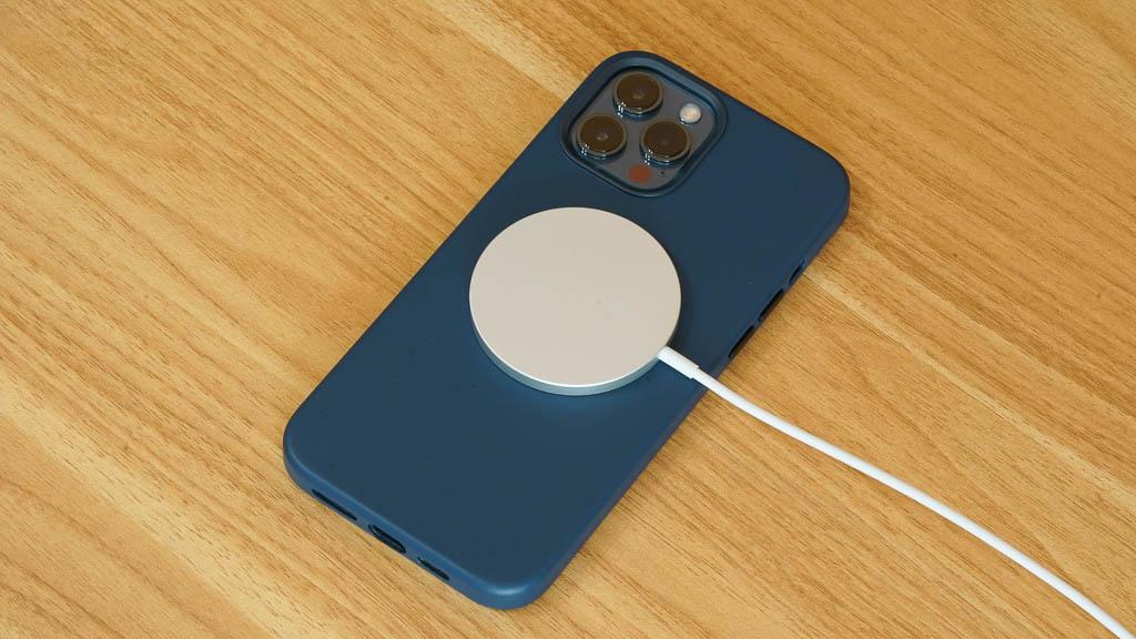 レザーケースを装着してMagSafe充電器で充電