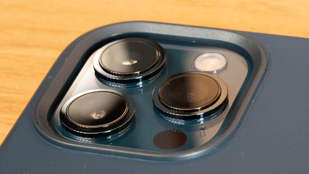 MagSafe対応iPhone 12 Pro Maxのカメラホール
