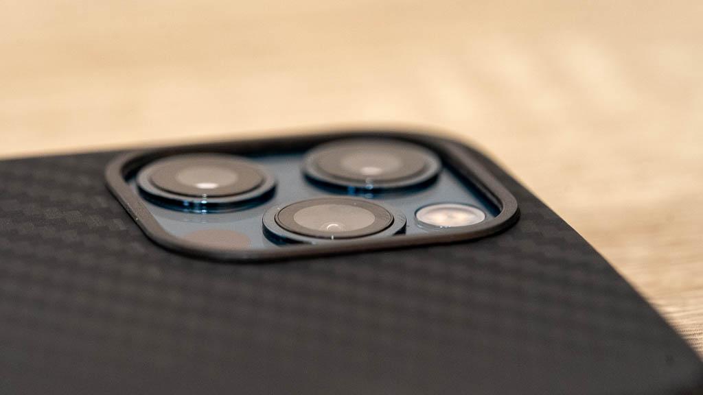 【PITAKA】MagEZ Caseのカメラホール