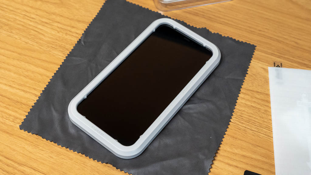 iPhoneのフィルム貼り付け時に便利なガイド枠