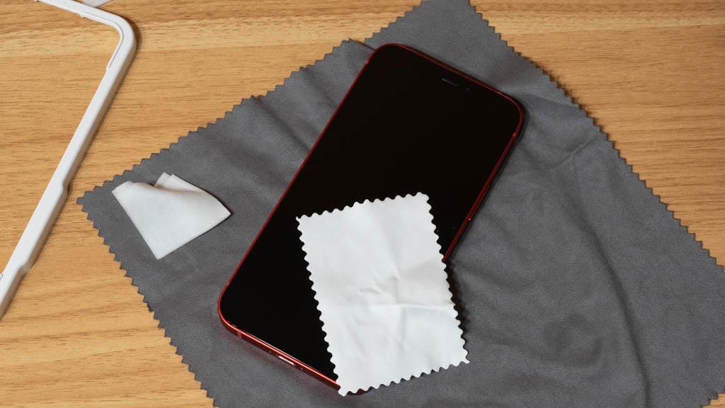 NIMASO ガラスフイルム iPhone 12 mini 汚れを拭き取る