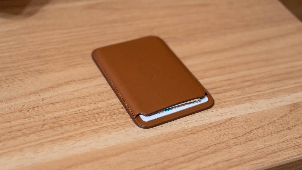 MagSafe対応レザーウォレットにお札を収納