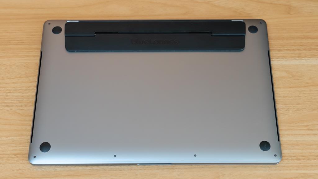 Bluelounge Kickflip MacBook背面に貼り付ける