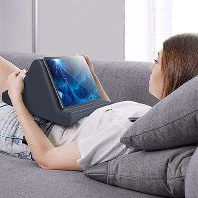 【Lomicall】ベッド、ソファでの使用に最適!クッションタイプのiPadスタンド