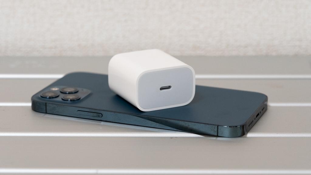 Apple USB-C電源アダプタ iPhone 12 Proとのサイズ比較