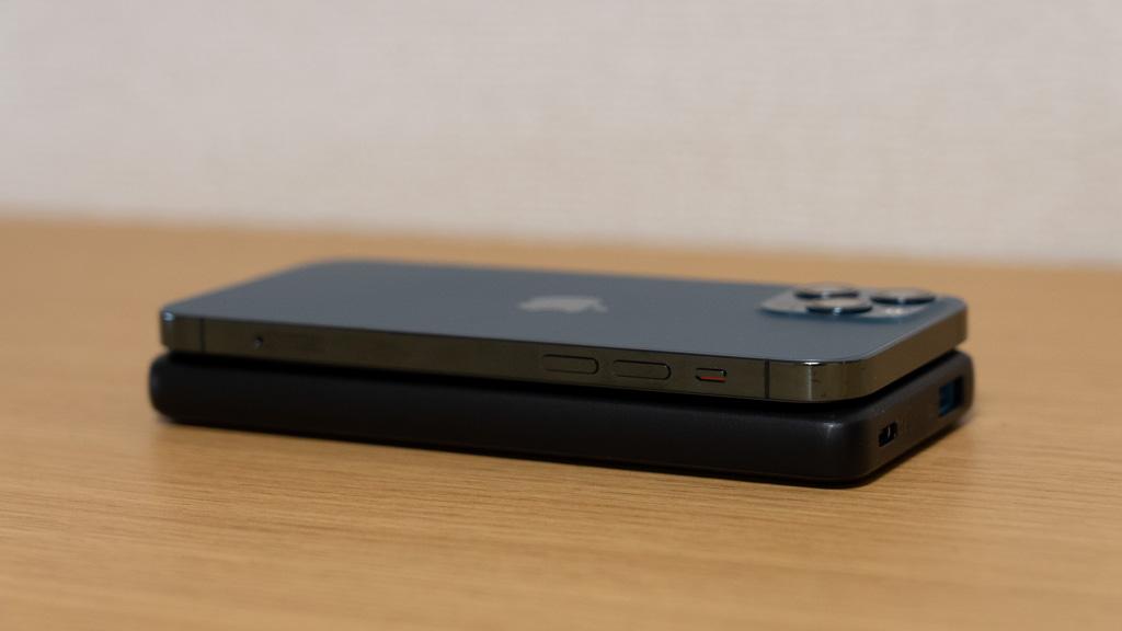 Anker PowerCore Slim 10000 PDとiPhone 12 Proのサイズ比較