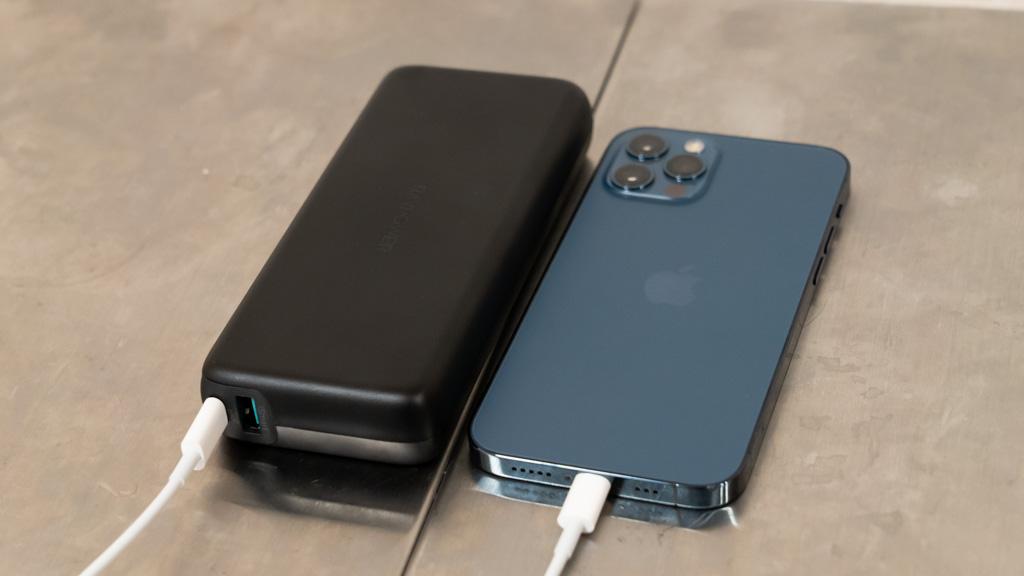 RAVPower 20000mAh搭載モバイルバッテリーでiPhone 12 Proを充電