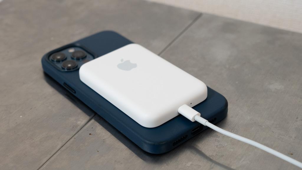 MagSafeバッテリーパックでiPhone 12 Proを充電