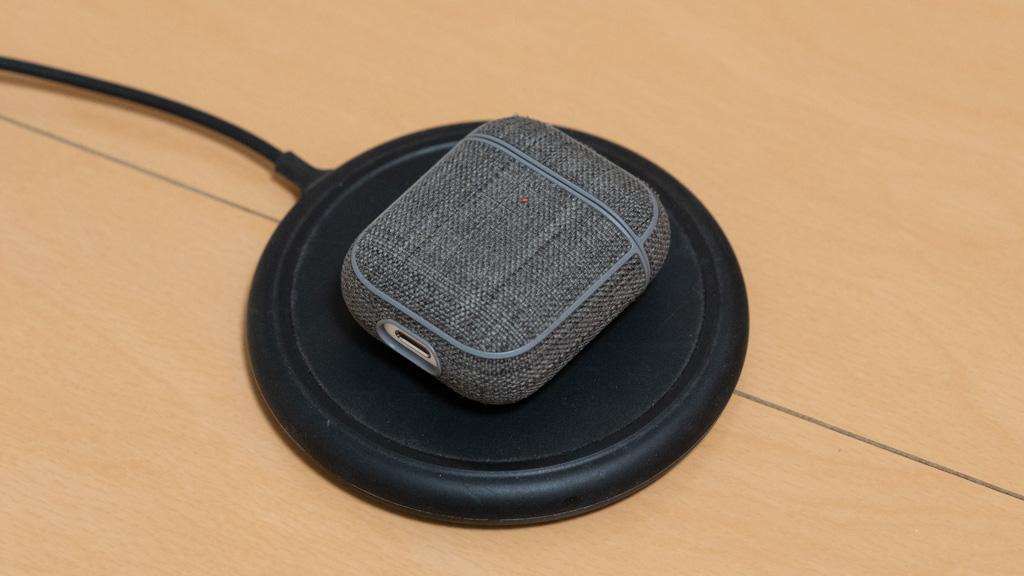 パッド型Qiワイヤレス充電器でAirPodsを充電